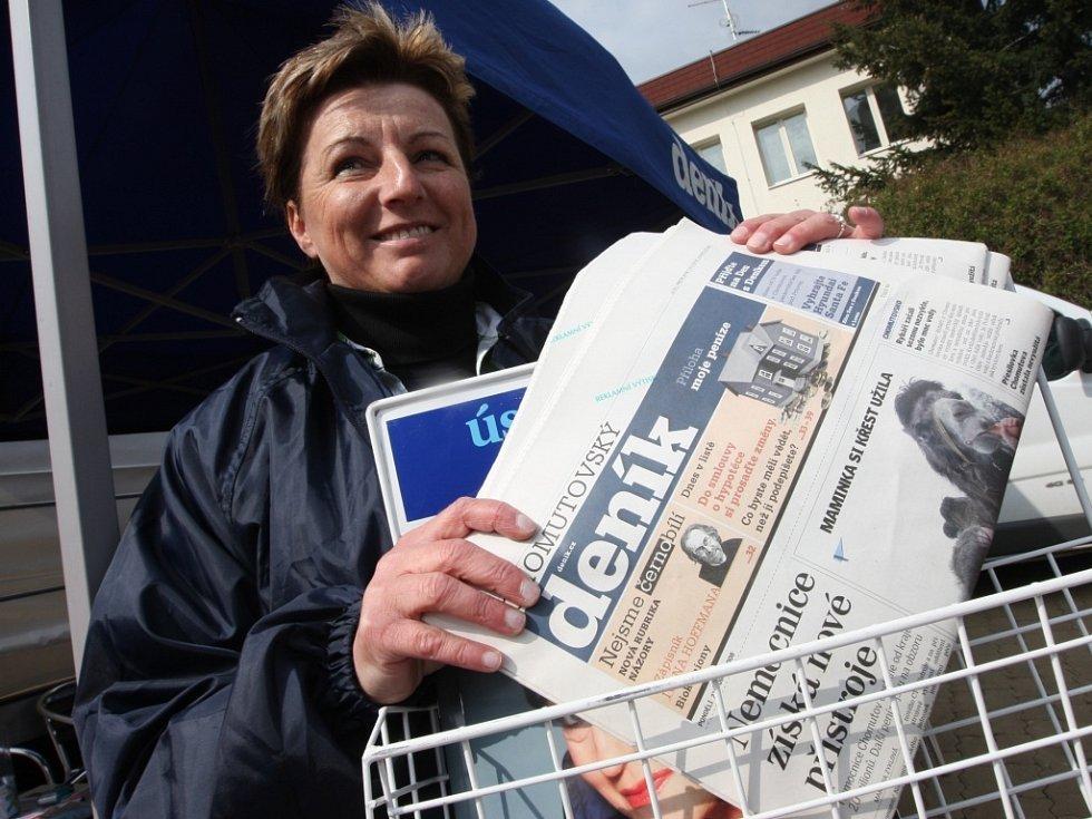 Lidé měli zájem o předplatné novin. Podmínky jim vysvětlovala Jaroslava Chrtková.