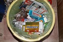 Při domovní prohlídce policisté našli spoustu léků.