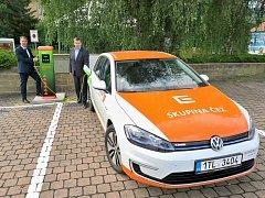 Místostarosta Josef Suchý a starosta Štefan Drozd si vyzkoušeli dobíjení elektromobilu.