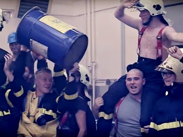Snímek z videopozvánky studentů EZOS Chomutov na maturitní ples