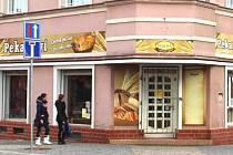Jirkovákům už pekařství v centru žádné zboží nenabízí, jen prázdné výlohy. Na malém snímku strohá jen informace.