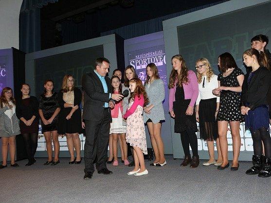 Nejmladší hráčku čistě dívčího softbalového týmu Sportclub 80 Beavers Chomutov vyzpovídal moderátor Radek Šilhan.