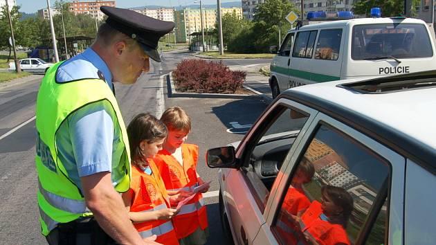 Petr Procházka s dětmi během preventivní akce.
