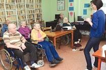 Senioři v jirkovském ústavu trénují paměť pod dohledem zkušených terapeutů.