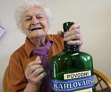 Marie Třešňáková neskrývala při oslavě 107. narozenin radost z dárků.