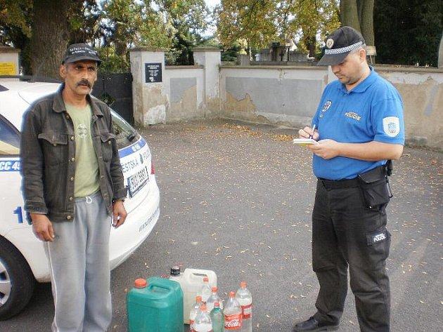 Muže, který si chodil čepovat vodu zdarma na hřbitov, přistihli strážníci.