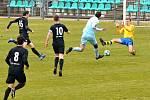 GÓL: Trojice hráčů Brandýsa (v černém) marně stíhá chomutovského útočníka Martina Bočka, který si naběhl za obranu a střelou na zadní tyč srovnal stav zápasu na 2:2.