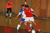 FC Atletico Chomutov - Italové Ústí nad Labem 3 : 6, hráč Atletica u míče.
