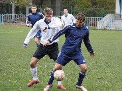 Fotbalisté AFK LoKo Chomutov (v modrém) přišli o body až v samém závěru utkání.