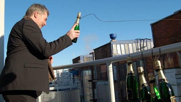 """KŘEST. """"Pouštěj samé voňavky,"""" přál do vínku novému kotli primátor Chomutova Daniel Černý (na snímku). Protože se obří kotel ukrývá v sousední budově, křtil ho lahví šampaňského vrženou na provázku proti její zdi."""