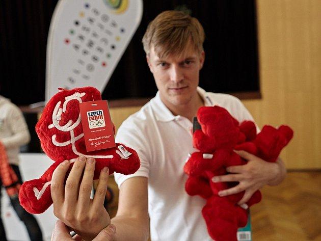 Známý český krasobruslař Tomáš Verner zavítal mezi děti do ZŠ a MŠ vMašťově. Společně si tady pak snimi zasportoval.