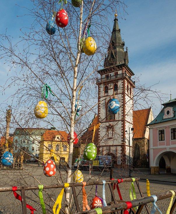 Velikonočně vyzdobené chomutovské náměstí, 2018.