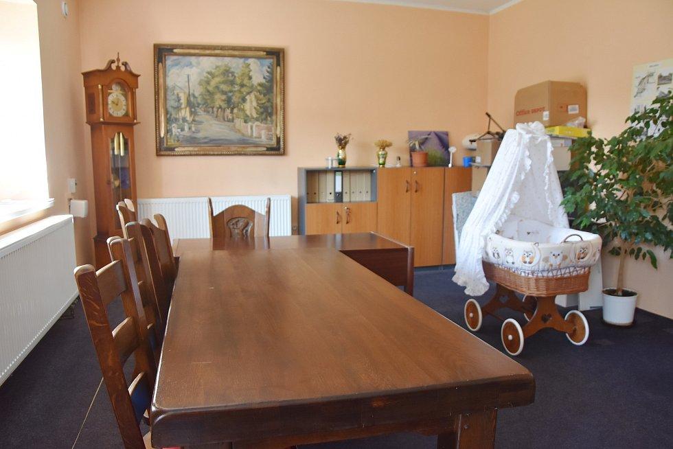 Zasedací místnost na rokelském obecním úřadu, kde probíhá například i vítání občánků.