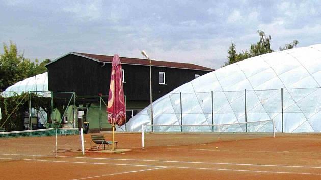Po patnácti letech musel Tenisový klub Jirkov zbourat malou nafukovací halu (na snímku vlevo), protože šlo o dočasnou stavbu. Už dva roky se snaží získat stavební povolení na stavbu trvalou, ale vydání povolení blokují připomínky souseda.