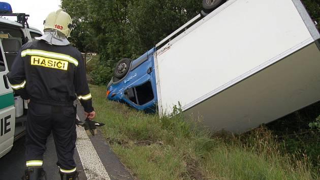 Po nehodě skončilo auto na střeše.