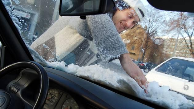 Tomáš Kříž se rovněž musel včera potýkat se sněhovou nadílkou. Jako řada dalších řidičů musel odklízet sníh ze svého auta.