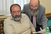 Zastupitelé PRO Chomutov Jan Hartman (vlevo) a Vladimír Koten při jednání.