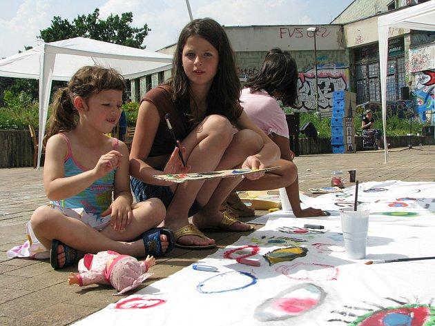 Lenka Sehnoutková se svou sestrou Verunkou malují na plátno před kinem Evropa.