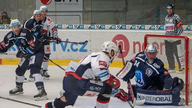 Piráti Chomutov v bílých dresech domácí zápas s Plzní nezvládli a vysoko prohráli.