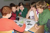 KDE JSOU PROBLÉMOVÁ MÍSTA? Školáci nad zpracovanou školní mapou.