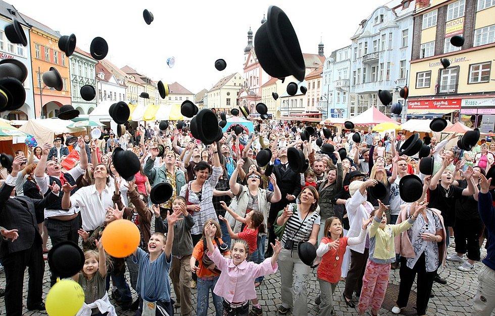Na oslavu rekordu vyhodilo všech 128 lidí své buřinky do vzduchu.