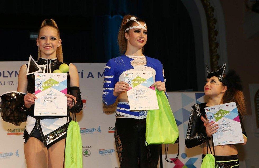 Dvanáctiletá Radka Pěkná (vlevo) z chomutovské školy Beethoven DC získala pro Ústecký kraj v sólu stříbrnou medaili.