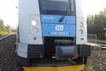 Čelo soupravy Regio Panter, která najela na kamení na trati.