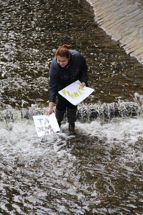 Plovoucí galerie připomínala jaká řeka je. Tajemná, svobodomyslná, plynulá.