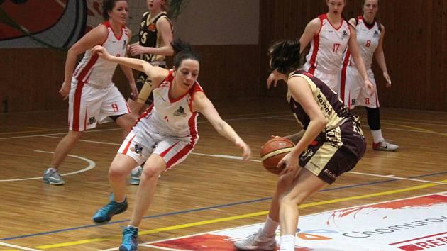 Ženy BK Chomutov v bílém, si o víkendu zajistily účast ve finále 2. ligy.