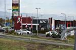 Nákupní park: pohled na KFC a Casino.