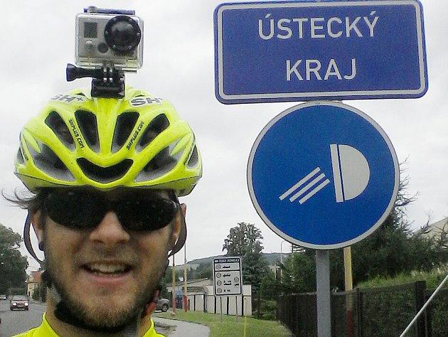 MILAN DZURIAK se během cesty fotil ucedulí měst a obcí, kde se zastavil. Teď už je na cestě domů, vsobotu poslal fotku zhranice Ústeckého kraje.
