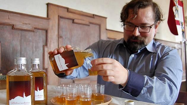 Muzejník Petr Liebscher nalévá klášterní medovinu.