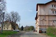 Dům s byty první kategorie je vlevo, barák bez ústředního topení a teplé vody vpravo.