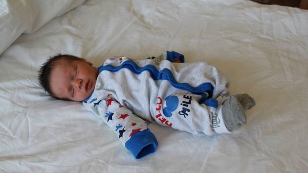 Adam Nikolas Renner se narodil mamince Renatě Schleichertové a tatínkovi Jiřímu Rennerovi z Chomutova 20.4.2019 v 16:15 hodin. Měřil 45 cm a vážil 2,4 kg.