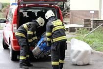"""Na místě """"úniku oleje"""" z přírubového spoje na potrubí zasahovala profesionální jednotka prunéřovských hasičů."""