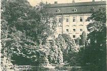 Historický snímek zachycuje původní podobu romantického zákoutí s lávkou.