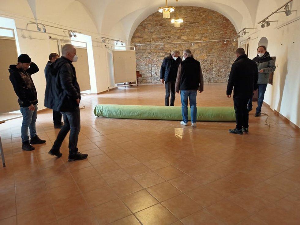 Stav oltářního obrazu z kostela sv. Ignáce posoudili odborníci.