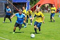 Utkání staré gardy Ervěnic a Arabela Teamu (žluté dresy), mělo skvělou atmosféru. Na snímku jeden z osobních soubojů.
