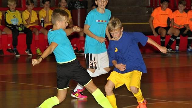Mladší žáci (v tmavomodrém) ze ZŠ Strupčice porazili hráče ze ZŠ Duhová cesta Chomutov
