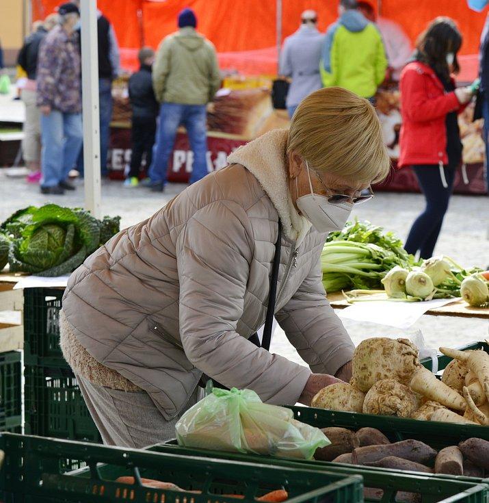 V Jirkově na náměstí opět začaly farmářské trhy. Návštěvníci mohli zakoupit i výrobky z uzených ryb.