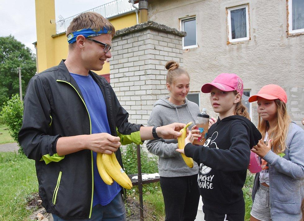 Táborová fronta na banány.