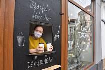 """Café Topofka v centru Jirkova mělo také symbolicky vyvěšenou státní vlajku. """"Jenže spadla, usoudili jsme tedy, že se vzdala a nechali to tak,"""" poznamenala s úsměvem pracovnice kavárny. Zákazníky si snaží udržet s pomocí """"hladového okénka""""."""
