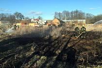 Hasiči varují před nebezpečím vypalování trávy.