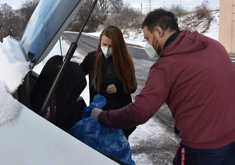 Vedoucí Naděje Veronika Kusá přivezla čisté ručníky pro nízkoprah a noclehárnu v Prunéřově.