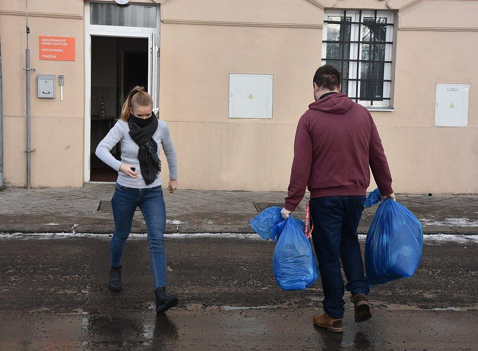 Pracovníci Naděje v Prunéřově vykládají čisté ručníky a další potřeby.