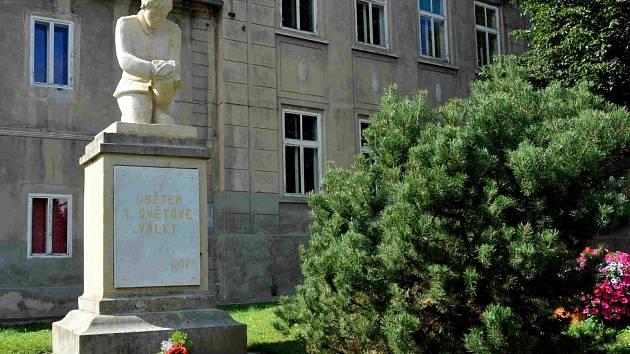 Březno má po dlouhých letech znovu památník obětem 1. světové války, z něhož se dochoval jen podstavec. Dominantou je socha vojáka, který se vrátil do rodné obce po ukončení bojů. Jejím autorem je malíř a sochař Václav Krob.