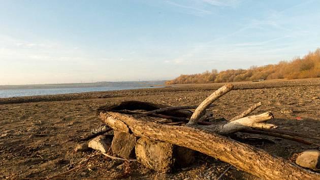 Nechranická přehrada letos díky suchu odkryla desítky metrů břehu.