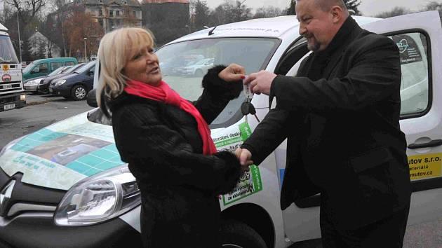 Klíčky od nového vozu Renault Kangoo převzala z rukou Rudolfa Adama z reklamní agentury Kompakt ředitelka Sociálních služeb Chomutov Alena Tölgová. Automobil poslouží k rozvozu jídel klientům a také polévek pro bezdomovce.