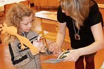 ZÁPIS. Holčička na zápisu do první třídy ZŠ Heyrovského dostává drobné dárky. Díky sloučení se ZŠ Havlíčkova tu měli tak velký zájem ze strany rodičů, že budou muset některé prvňáčky odmítnout.