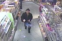 Ženu, která kradla v drogerii, zachytila bezpečnostní kamera.